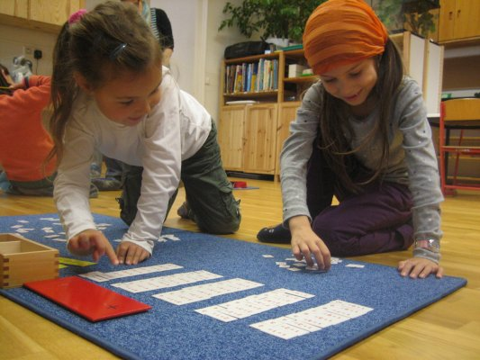 Arithmetik  -  Aufgabenplättchen zur Addition - Ziele: Einüben und Einprägen aller Grundaufgaben der Addition mit einstelligen Summanden, Zehnerüberschreitung, Anwenden des Vertauschungsgesetzes, Ermitteln von Summanden zu vorgegebenen Summen