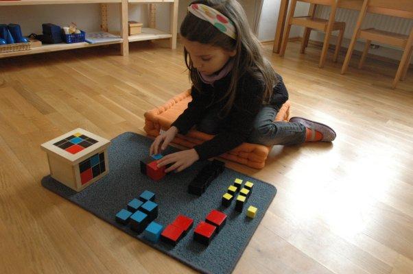 Trinomischer Kubus - Ziele: Zusammenbauen des Kubus aus seinen Teilen (dreidimensionales Puzzle), Arbeiten zur trinomischen Zerlegung, Kubieren und Kubikwurzelziehen, Erarbeitung der Formel, Verwendung bei der Volumenberechnung