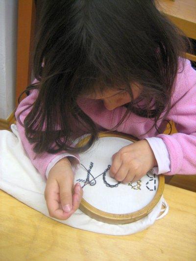 Übungen des praktischen Lebens – Sticken – Ziele: Kennen lernen verschiedenen Sticktechniken, später Verzieren der Alltagsgegenstände
