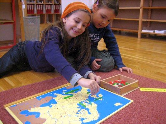 """Geografie – Steckkarten – eine der Arbeiten zum Thema """"Einteilung der Kontinente in Länder und kleinere Einheiten"""",  Ordnen und Stecken der Land-, Stadt-, Gewässer-, Gebirge- und Inselflagge, selbstständige Recherche mit Hilfe von Sachbücher"""