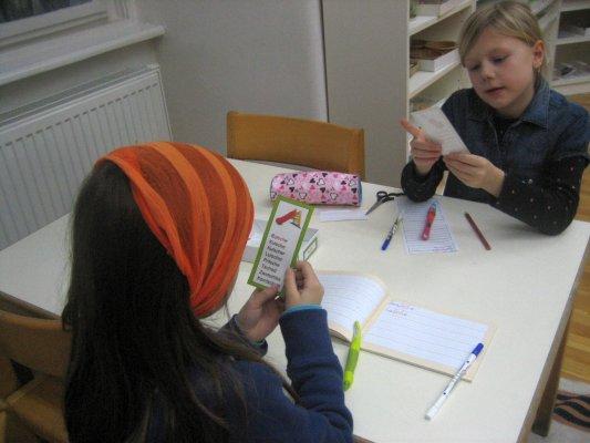 Sprache – Arbeit mit den Phonogrammen-Tabellen – Ziele: Erarbeitung der Phonogramme 1. und 2. Ordnung, Erwerb von Rechtschreibkompetenz –als Partnerinnen-Arbeit diktiert ein Kind dem anderen die Wörter