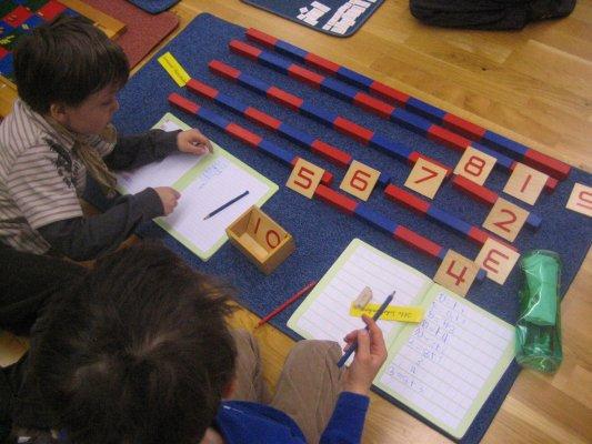 Numerische Stangen - Ziele: Erwerb der Mengen- und Zahlenbegriffe von 1 bis 10, Aufbau der gesprochenen Zahlenreihe von 1 bis 10, Vorerfahrungen zum metrischen System, Kennen lernen der Basis des dekadischen Systems, Erste Erfahrungen zu den Rechenoperationen