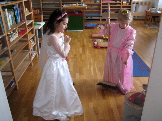 Eine Prinzessin und eine Braut beim Putzen.