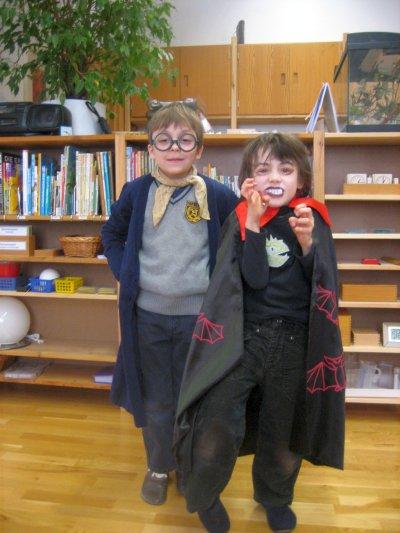 Harry Potter und ein Vampir sind sehr gut gelaunt.