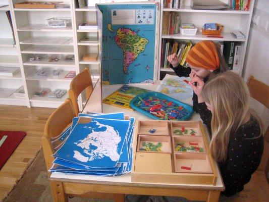"""Geografie – Steckkarten – eine der Arbeiten zum Thema """"Einteilung der Kontinente in Länder und kleinere Einheiten"""", Ordnen aller Land-, Stadt-, Gewässer-, Gebirge- und Inselflagge"""